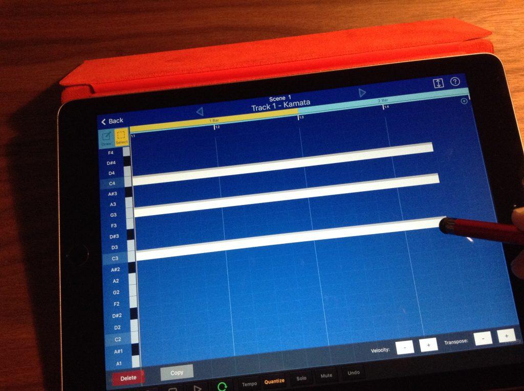 演奏データの打ち込みはタッチパネルをなぞるだけだから超簡単!画面の鍵盤や、外部キーボードからの入力もできる!!